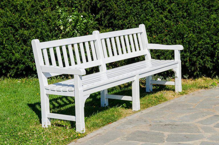 W jaki sposób pielęgnować drewniane meble ogrodowe?